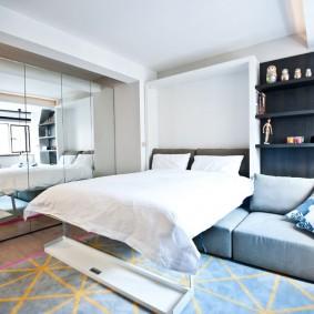 Откидная кровать в спальне-гостиной площадью 15 кв м