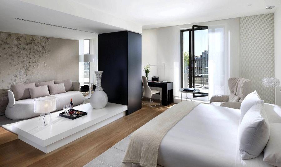 Спальня-гостиная в стиле модерн с деревянным полом
