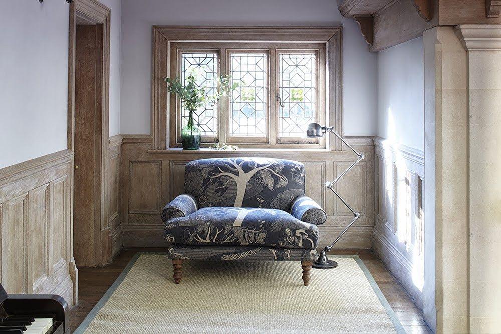 Мини-диван в прихожей комнате с окном
