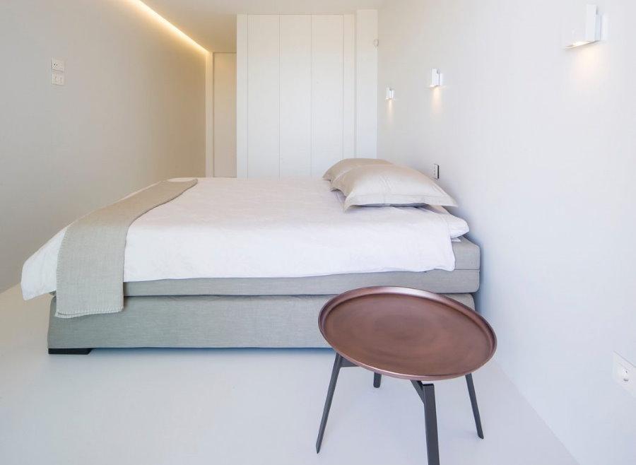 Светлая комната общежития в стиле минимализма