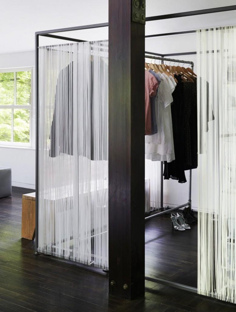 Небольшая гардеробная комната на металлическом каркасе