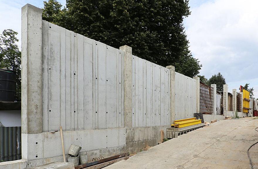 Монолитный железобетонный забор перед загородным участком
