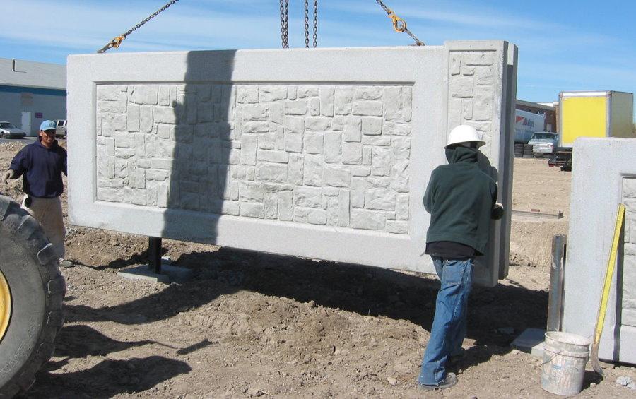 Монтаж бетонной секции капитального забора