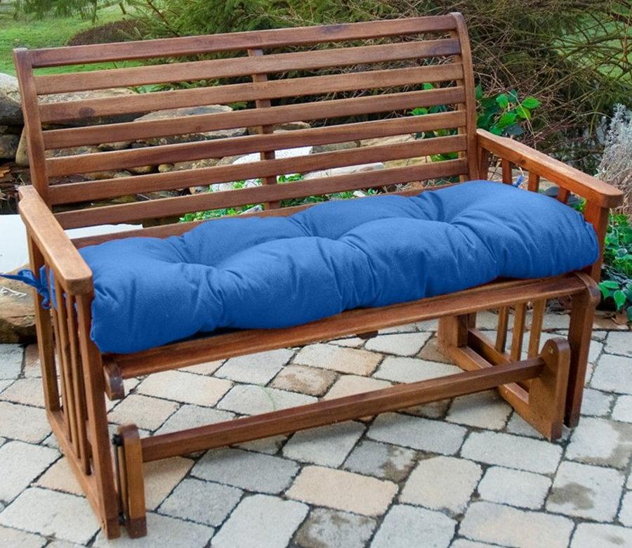 Синий матрас на сидение деревянной скамейки