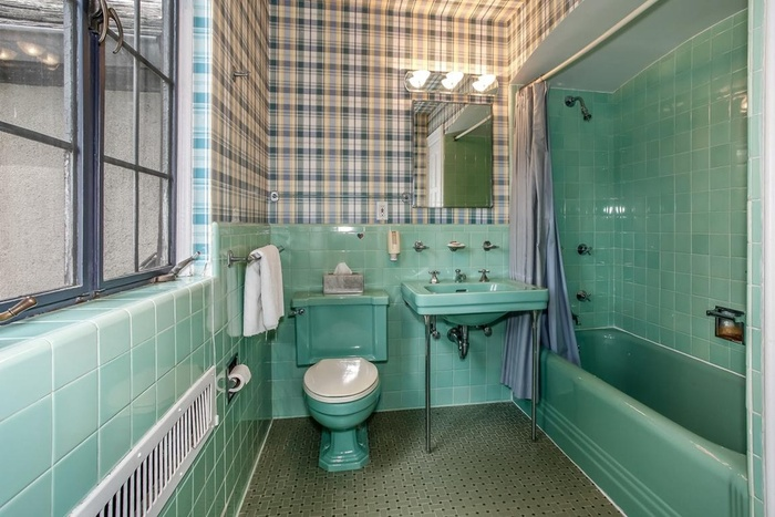 Встроенная ванна мятного цвета в комнате с окном