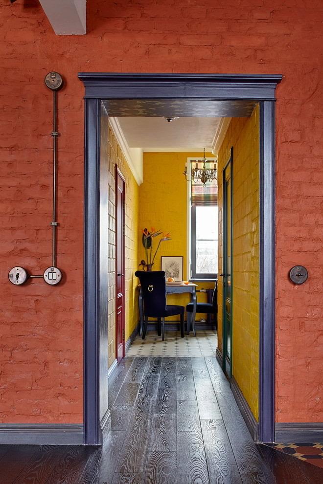 Серые наличники на дверном проеме в коридоре