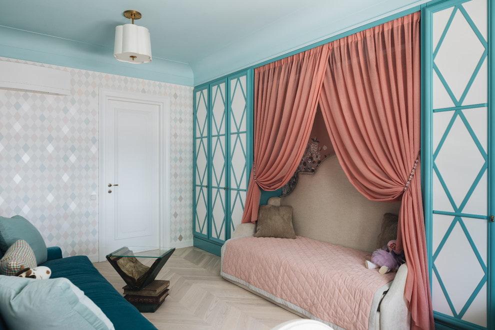 Удобная кровать-диван в комнате девочки