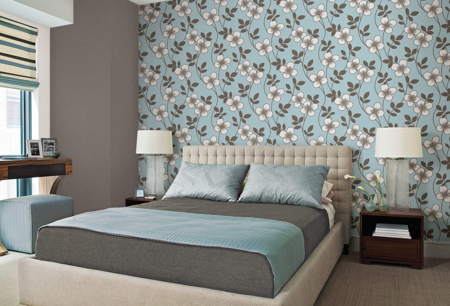 обои в спальне голубые