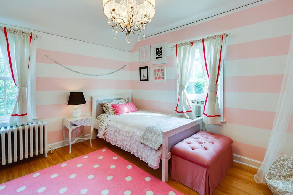 Использование полосатых обоев для визуального увеличения комнаты
