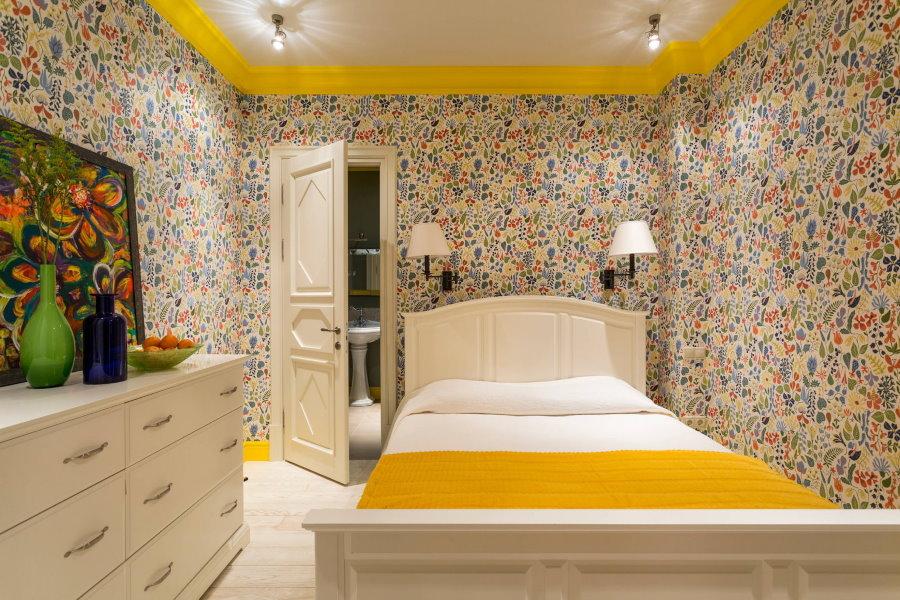 Бумажные обои с цветочным рисунком в маленькой спальне