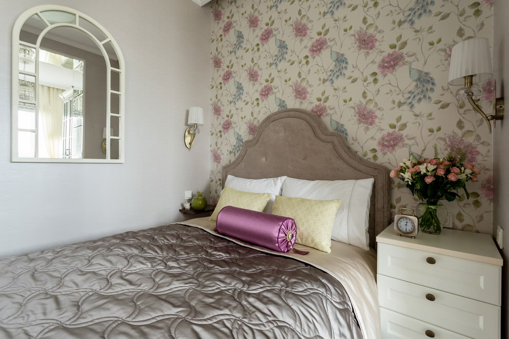 Обои с цветочками в очень маленькой спальне