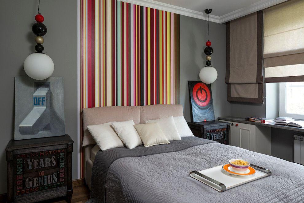 Разноцветные полосы на обоях в маленькой спальне