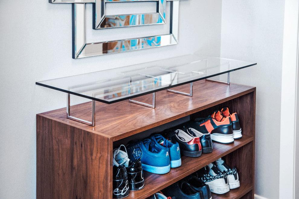 Стильная обувница со стеклянной полочкой наверху