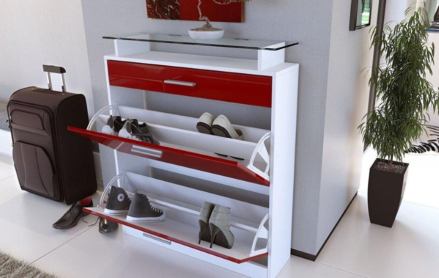 Красно-белая обувница-слим в просторной прихожей