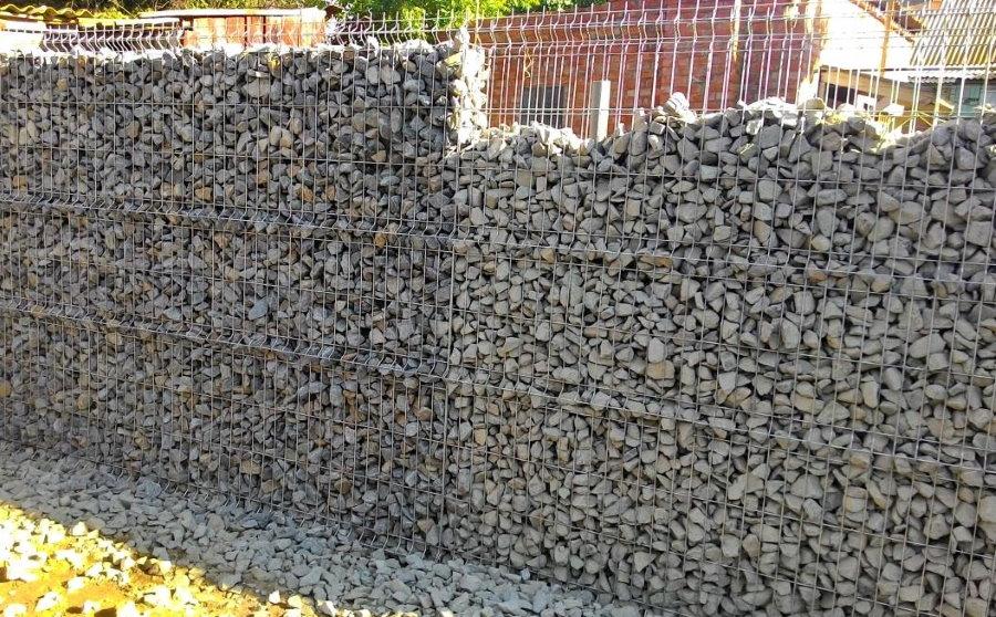 Глухая ограда из щебня и металлической сетки