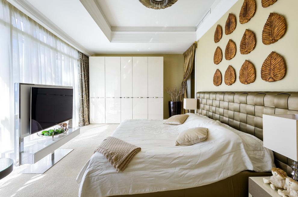 Панорамное окно в спальне площадью 18 квадратов