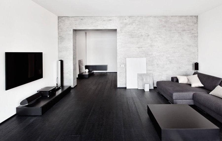 Темный пол из досок в гостиной с крашенными стенами