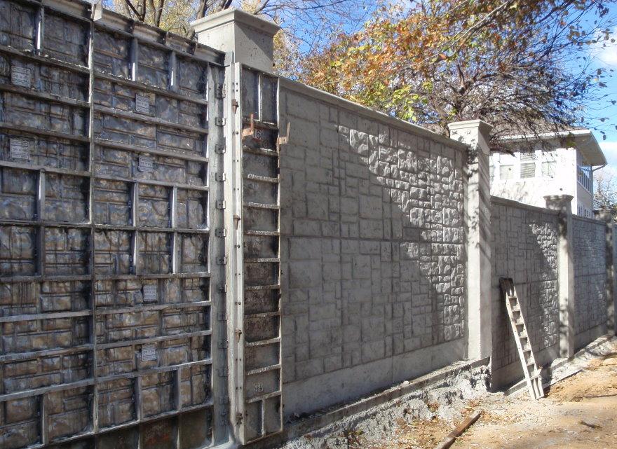 Монолитный забор после снятия опалубки