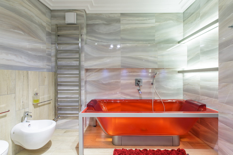 Красивая ванна из акрила в современном санузле