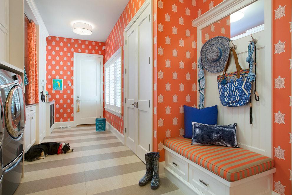 Прихожая загородного дома с обоями оранжевого цвета