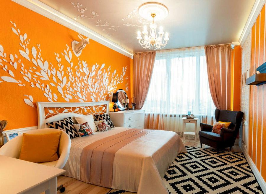 Яркое оформление спальной комнаты оранжевыми обоями