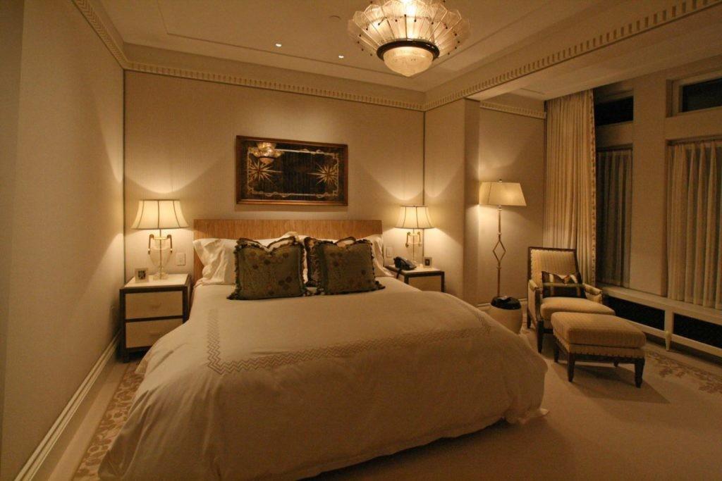 Настольные лампы на прикроватных тумбах в спальне