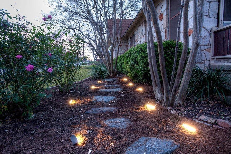 Декоративные светильники по краям пошаговой тропинки