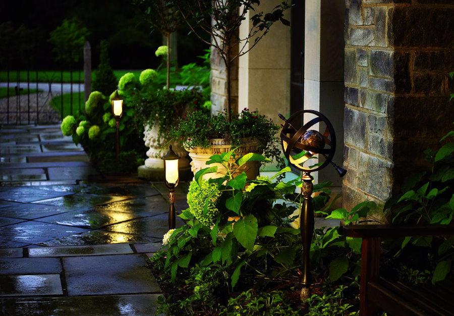 Низкие фонарики перед входом в каменный дом