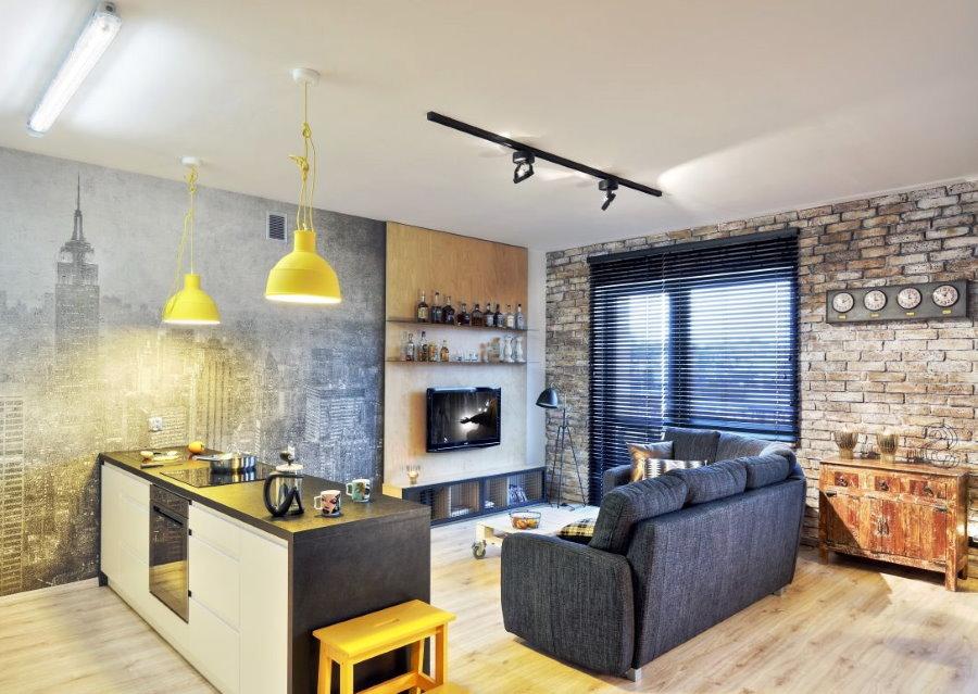 Желтые светильники над рабочей зоной в квартире-студии