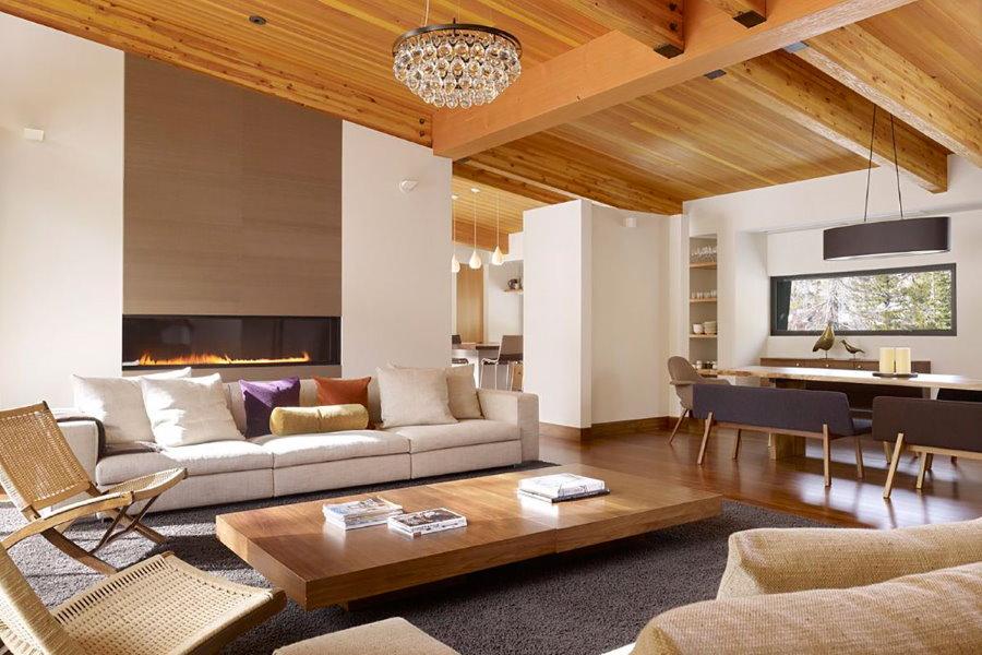 Обшивка деревом потолка гостиной комнаты