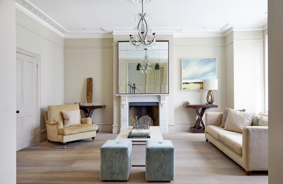 Большое зеркало над камином в просторной гостиной