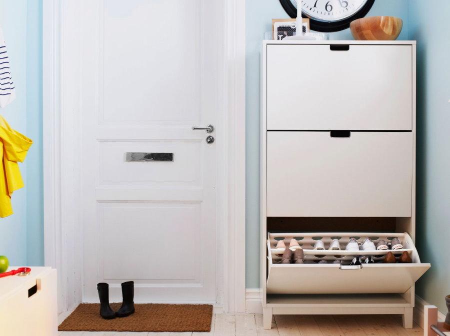 Белая обувница с откидными дверками в прихожей квартиры