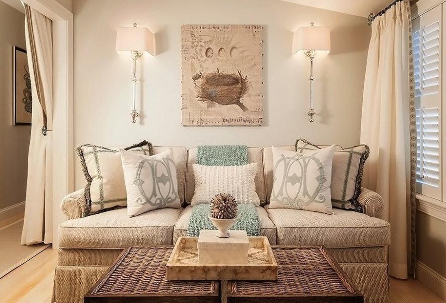 Зона отдыха в гостиной комнате с удобным диваном