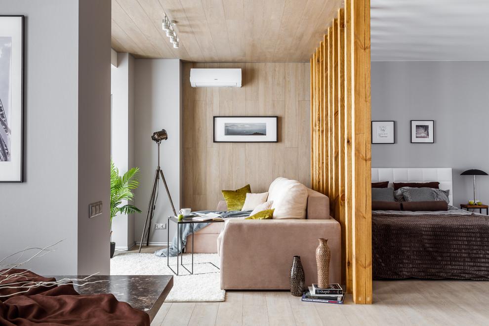 Декоративная перегородка из дерева за спинкой углового дивана