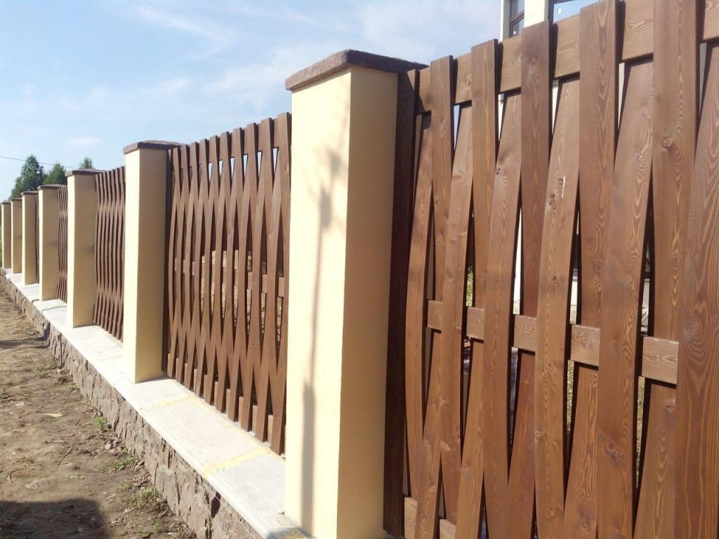 Плетенная ограда из тонкого штакетника