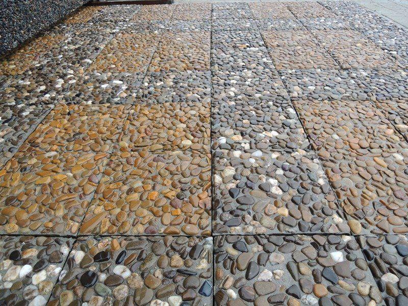 Красивая плитка с глянцем на садовой дорожке