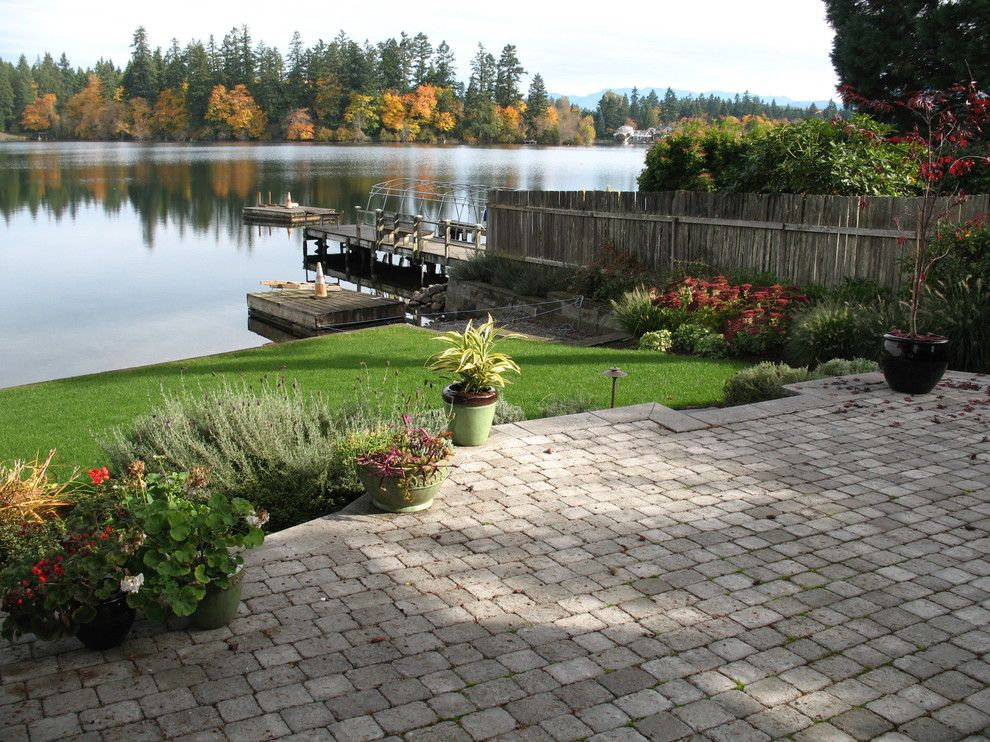 Тротуарная плитка на площадке перед озером