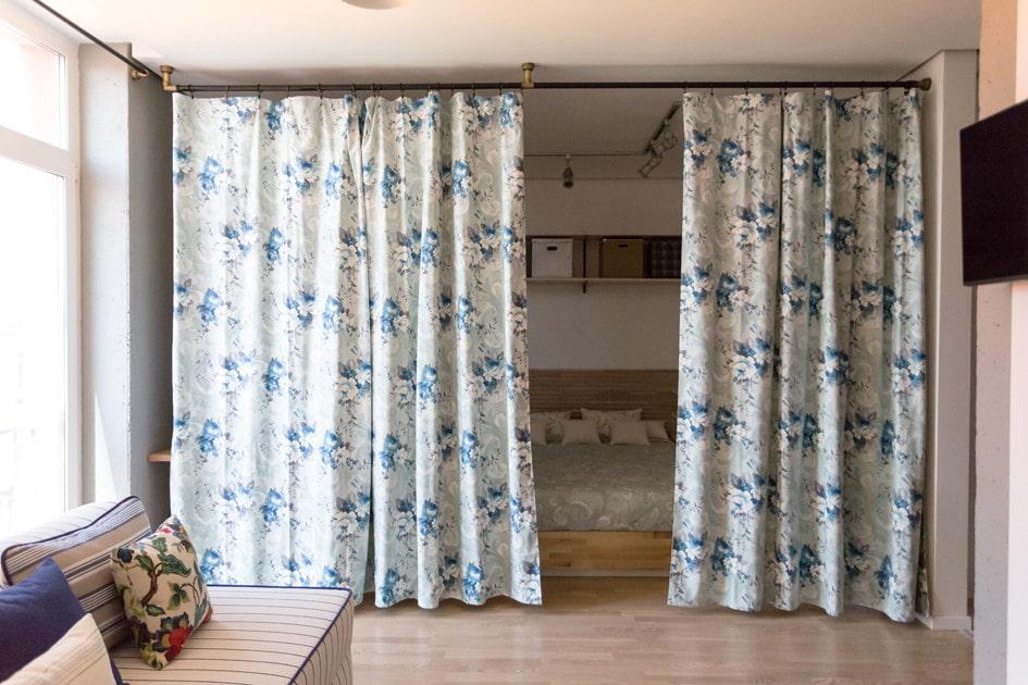 Плотные шторы между спальней и гостиной