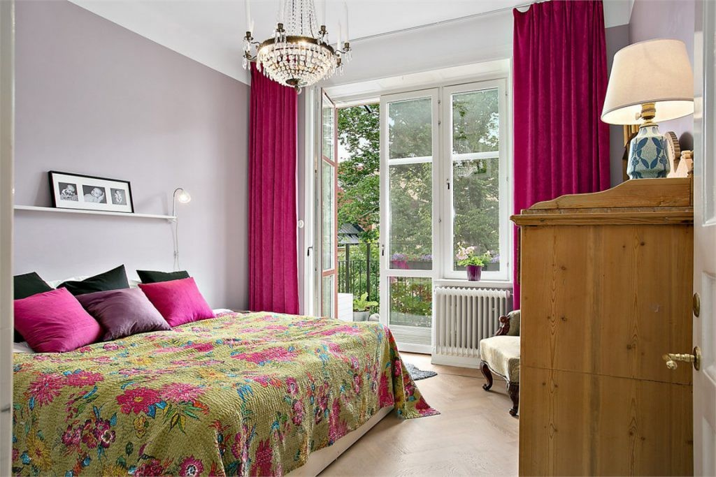 Плотные шторы на окне спальни с балконом