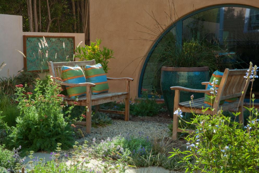 Деревянные скамейки с удобными подушками