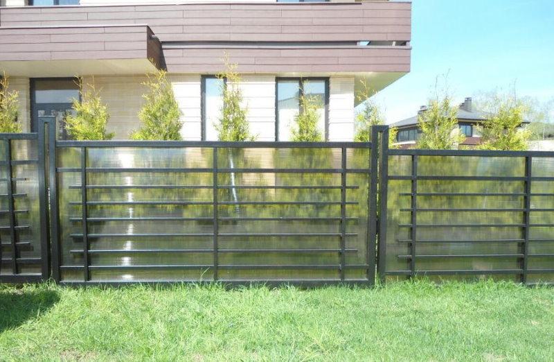 Забор из поликарбоната в палисаднике дома
