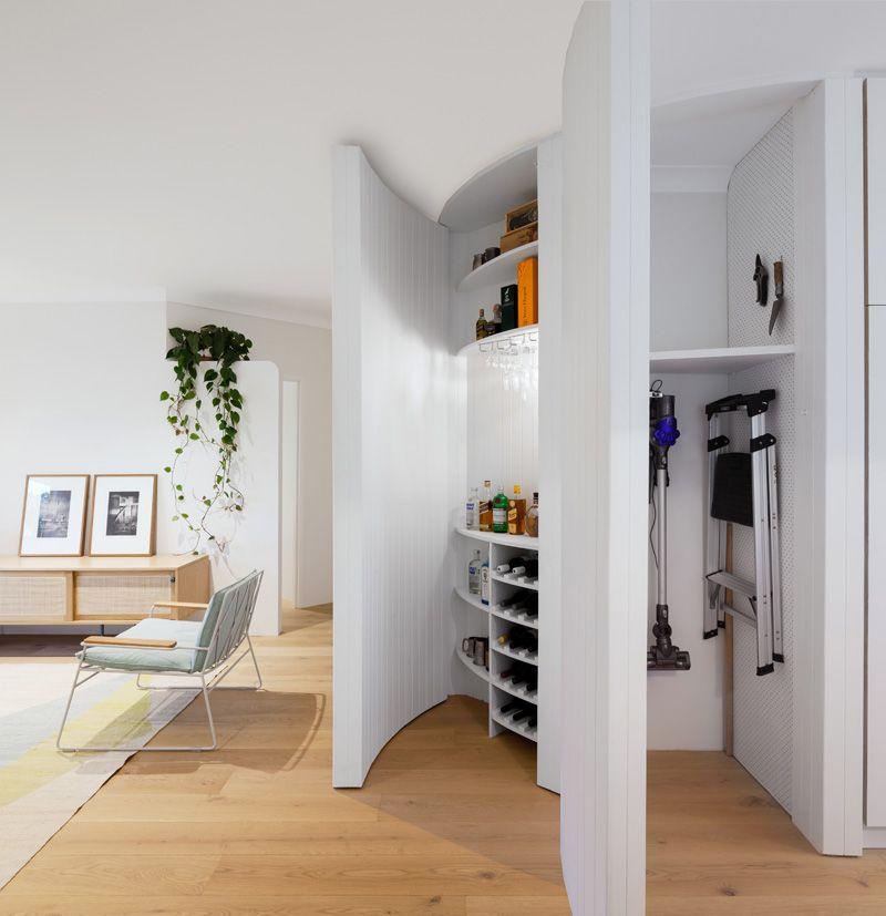 Удобная кладовка в углу прихожей комнаты