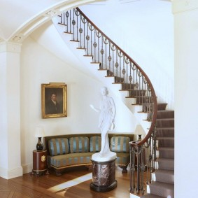 прихожая с лестницей в частном доме декор идеи