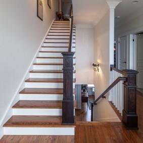прихожая с лестницей в частном доме интерьер фото