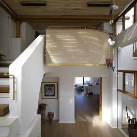 прихожая с лестницей в частном доме оформление