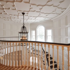 прихожая с лестницей в частном доме варианты