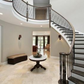 прихожая с лестницей в частном доме виды