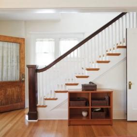 прихожая с лестницей в частном доме виды идеи