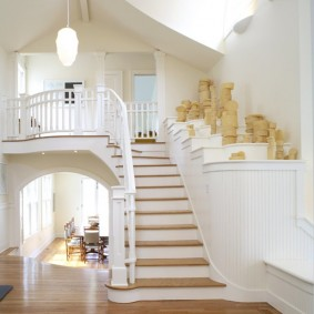 прихожая с лестницей в частном доме виды декора