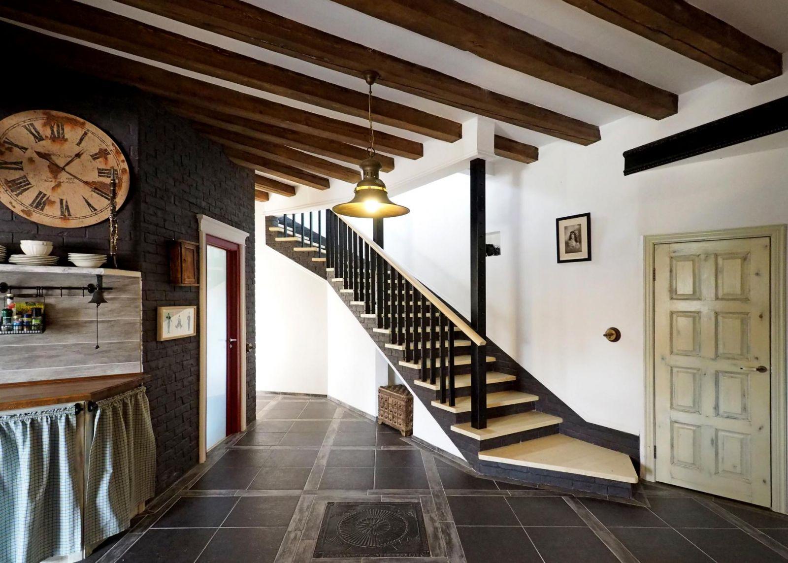 прихожая с лестницей в частном доме кантри фото